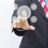 La mano presiona el botón Fotos de archivo libres de regalías