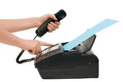 La mano presiona el botón del fax Imagen de archivo libre de regalías