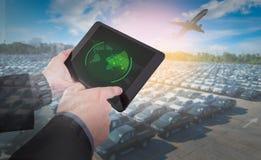 La mano presiona en la tableta con las blancos de radar en la acción Imagen de archivo