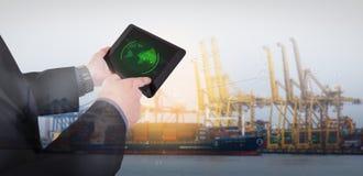 La mano presiona en la tableta con las blancos de radar en la acción Fotos de archivo libres de regalías