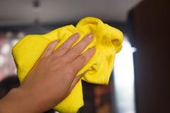 La mano pulisce uno strato di polvere Pulizia dei locali fotografia stock libera da diritti