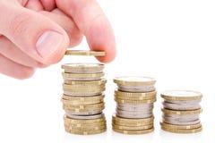 La mano puso la moneda a las escaleras del dinero Imagen de archivo libre de regalías