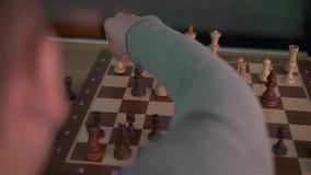 La mano que juega a ajedrez almacen de video