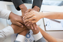La mano que se une a del hombre de negocios joven, manos conmovedoras del equipo del negocio tog Foto de archivo libre de regalías