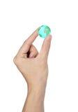 La mano que sostenía el globo aisló Imagenes de archivo