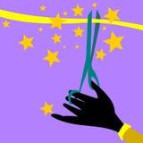 La mano que sostiene las tijeras corta la cinta Fotografía de archivo