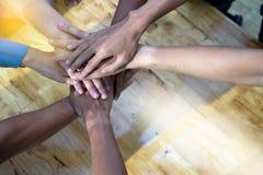 La mano raggruppa insieme il lavoro di squadra dell'ufficio Fotografie Stock