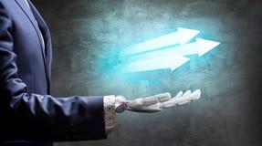La mano robótica en traje muestra flechas útiles representación 3d Fotografía de archivo