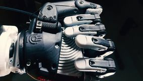 La mano robótica mueve los fingeres Concepto de la inteligencia artificial almacen de metraje de vídeo