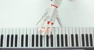 La mano robot della protesi sta giocando il piano che prova a premere i giusti tasti archivi video