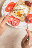 La mano saca con pala para arriba eggs Fotos de archivo