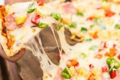 La mano sacaba una pizza Fotografía de archivo libre de regalías