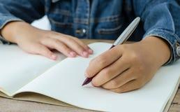 La mano scrive con la mano lasciata Fotografia Stock Libera da Diritti