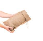 La mano sostiene el bolso Imágenes de archivo libres de regalías