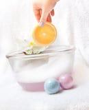 La mano sostiene el jabón - naranja. Fotos de archivo libres de regalías