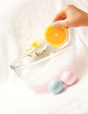 La mano sostiene el jabón - naranja. Fotografía de archivo libre de regalías