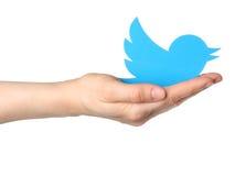 La mano sostiene el pájaro del logotipo del gorjeo Fotos de archivo libres de regalías