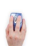 La mano sostiene el ratón del ordenador imagen de archivo