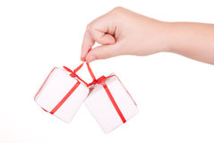 La mano sostiene los rectángulos con los regalos Fotos de archivo libres de regalías