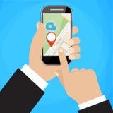 La mano sostiene smartphone con el mapa de la ciudad Imagenes de archivo