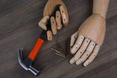 La mano sostiene un martillo fotografía de archivo libre de regalías