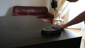 La mano sostiene un trapo azul y limpia su saca el polvo apagado de la tabla almacen de video