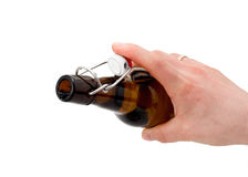 La mano sostiene una botella de cerveza. Fotos de archivo
