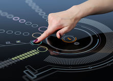 La mano spinge un tasto sull'interfaccia dello schermo di tocco Immagine Stock Libera da Diritti
