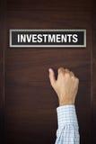 La mano sta battendo sulla porta di investimenti Immagini Stock Libere da Diritti