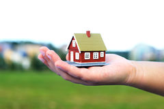 La mano sta dando una casa Immagine Stock Libera da Diritti