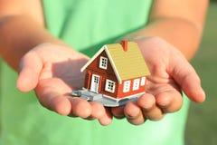 La mano sta dando una casa Fotografie Stock Libere da Diritti