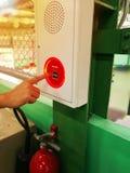 La mano sta spingendo l'interruttore del segnalatore d'incendio di incendio fotografia stock libera da diritti