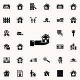 La mano sta tenendo l'icona della casa Insieme universale delle icone del bene immobile per il web ed il cellulare royalty illustrazione gratis