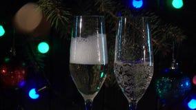 La mano sta versando il champagne un vetro contro lo sfondo dell'atmosfera del nuovo anno Movimento lento Fine in su video d archivio