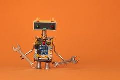 La mano strappa la vista robot di macro del meccanico Carattere gentile del lavoratore di riparazione su fondo di carta arancio Fotografie Stock Libere da Diritti