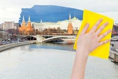La mano suprime la opinión de Moscú de la mañana por el paño amarillo Fotografía de archivo libre de regalías