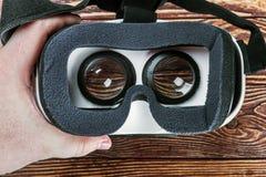 La mano tiene i vetri di realtà virtuale fotografie stock libere da diritti