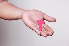 La mano tiene la chiave ad un fondo astratto Immagini Stock Libere da Diritti