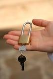 La mano tiene la serratura. Immagine Stock