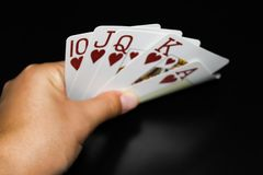 La mano tiene le carte su fondo nero fotografie stock