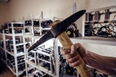La mano tiene lo strumento dello zappatore di oro Fotografie Stock Libere da Diritti