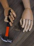 La mano tiene un martello Immagini Stock