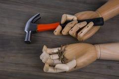 La mano tiene un martello Fotografia Stock