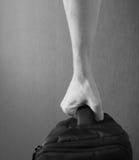 La mano tiene un sacchetto Fotografia Stock Libera da Diritti