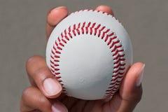 La mano tiene una bola imagen de archivo