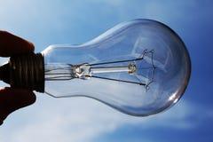 La mano tiene una lampadina fotografia stock