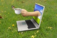 La mano tiene una tazza di caffè Fotografie Stock Libere da Diritti
