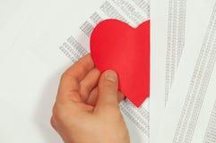 La mano tira del corazón Imagenes de archivo