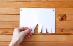 La mano tira pezzo di carta A fogli mobili di carta vuoti dell'annuncio su un wo Fotografia Stock