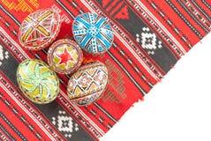 La mano tradicional rumana adornó los huevos de Pascua en un mantel tradicional con el espacio blanco de la copia Fotografía de archivo